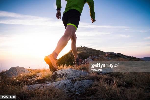 italy, man running on mountain trail - membro - fotografias e filmes do acervo