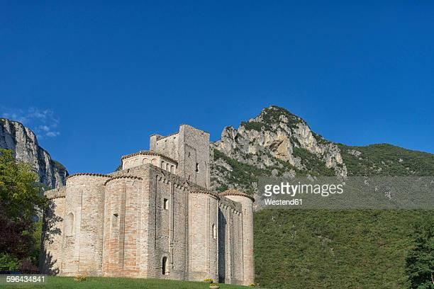 italy, marche district, gola della rossa nature park, genga, abbey san vittore alle chiuse - marche italia foto e immagini stock