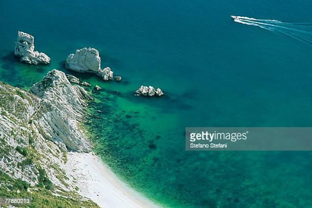 italy, marche, mount conero, faraglioni delle due sorelle, seashore, high angle view - mer tyrrhénienne photos et images de collection