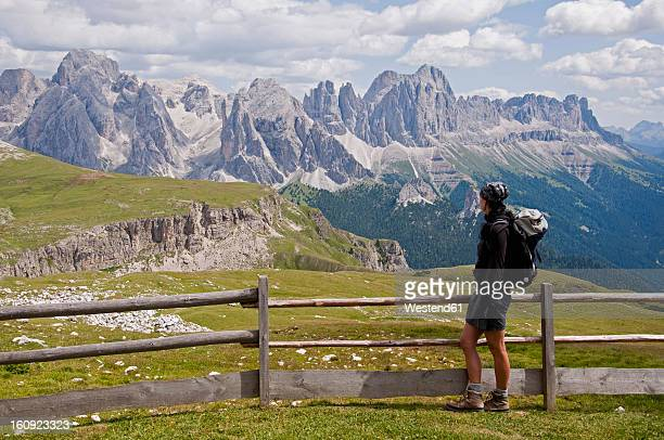 italy, mid adult woman looking at schlern to rosengarten at south tyrol - catinaccio rosengarten foto e immagini stock