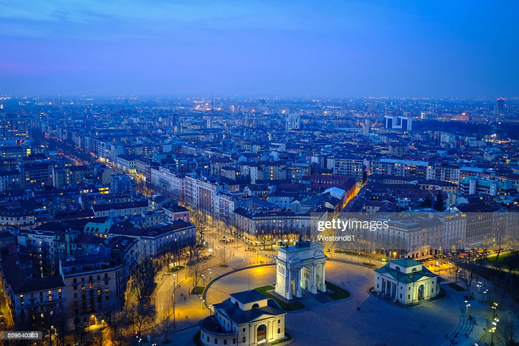 Italy, Milan, cityscape with Arco della Pace in the evening : Stock-Foto