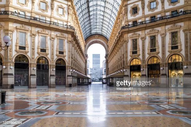 italy, milan, interior of galleriavittorioemanueleii during covid-19 outbreak - 米蘭 個照片及圖片檔