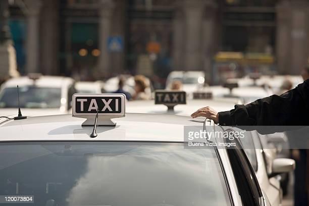 italy. milan. - taxi foto e immagini stock