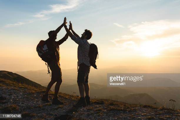 italy, monte nerone, two happy and successful hikers in the mountains at sunset - 25 29歳 ストックフォトと画像