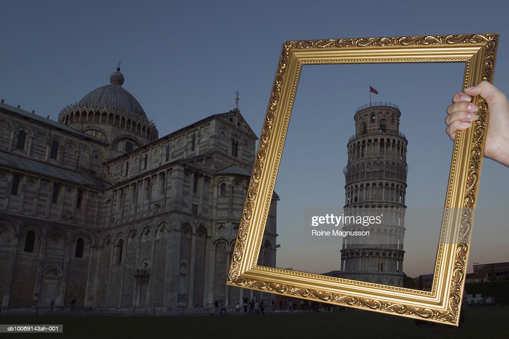 Italy, Pisa, person's hand holding picture frame over Leaning Tower of Pisa : Stockfoto