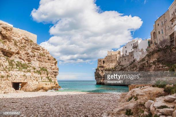 italy, puglia, polognano a mare, view from beach to horizon - apulië stockfoto's en -beelden
