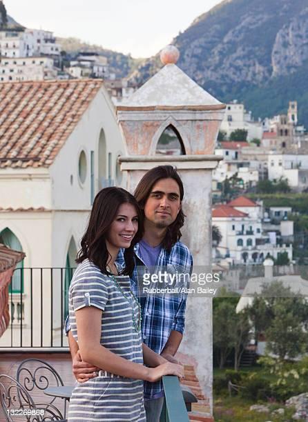 Italie, Ravello, de Palazzo Sasso, Portrait de souriant couple avec c
