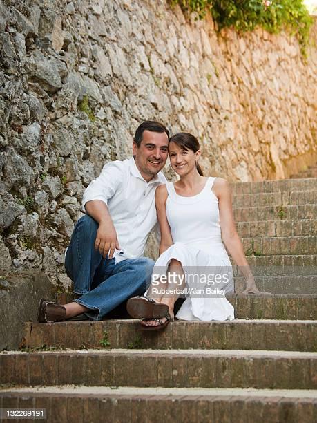 Italie, Ravello, Portrait de couple d'âge mûr assis sur les escaliers