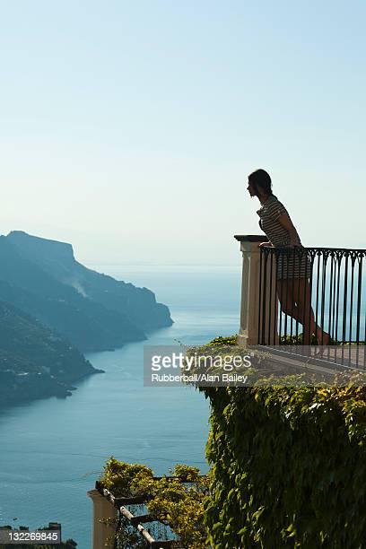 Italie, Ravello, de femme s'appuyant à la balustrade et admirer le paysage