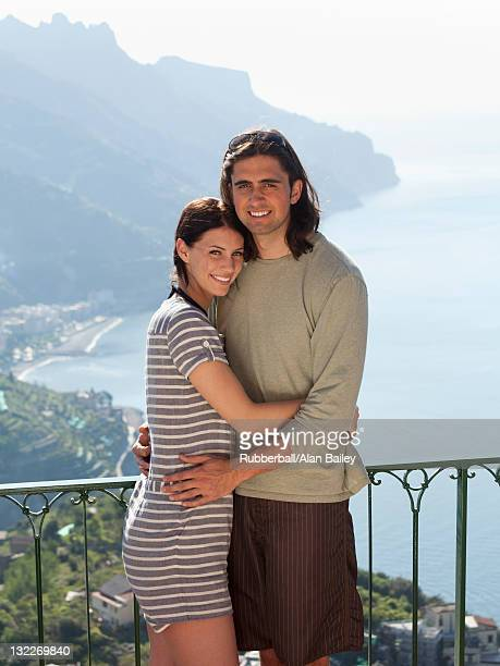 italy, ravello, young couple standing together at balustrade - heteroseksueel koppel stockfoto's en -beelden