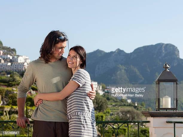 Italie, Ravello, de jeune couple debout ensemble de balustrade