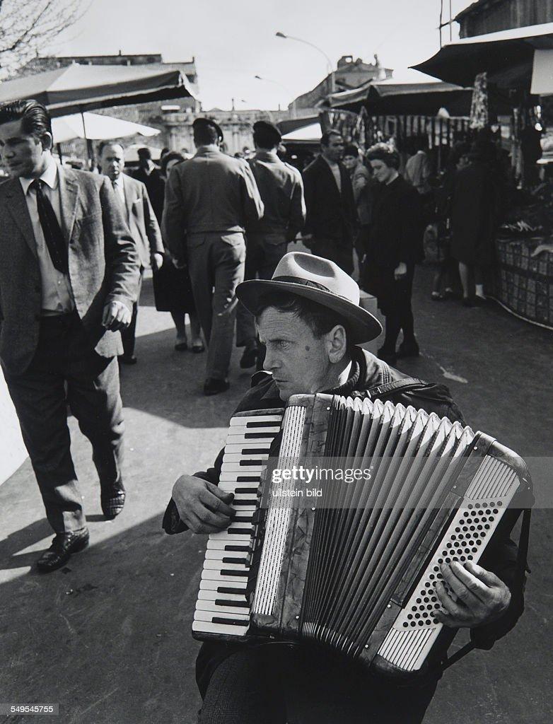Blind accordion player at Porta Portese : News Photo