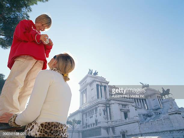 italy, rome, piazza venezia, mother and son (10-12) taking pictures - nationell sevärdhet bildbanksfoton och bilder