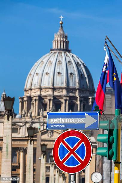 italy, rome, road signs in front of st. peter's basilica - one direction tour stock pictures, royalty-free photos & images