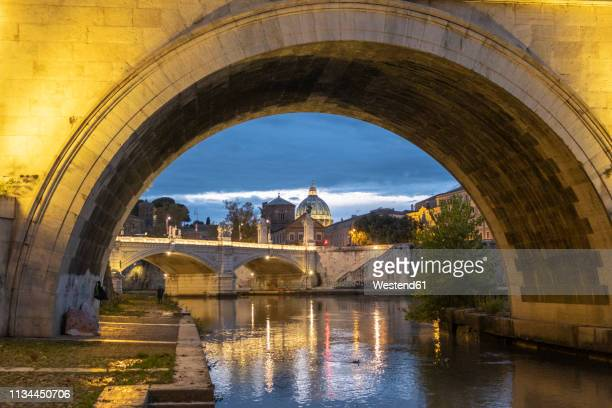 italy, rome, vatican, st. peter's basilica and ponte sant'angelo in the evening - 丸屋根 ストックフォトと画像