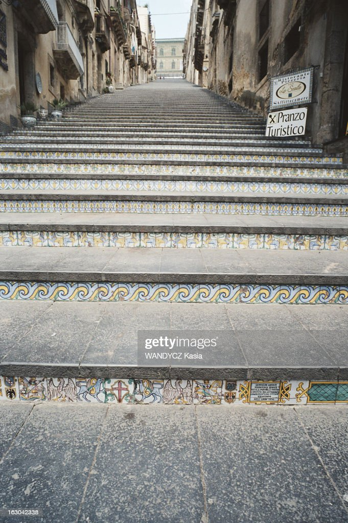 rue en escalier avec décoration de mosaïques ...