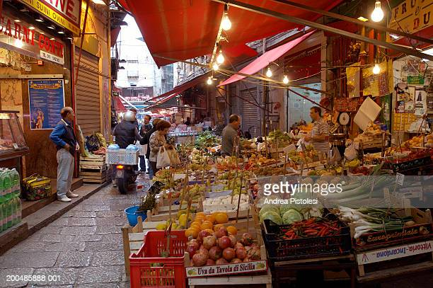 italy, sicily, palermo, grocery shop in vucciria market - western europe stock pictures, royalty-free photos & images