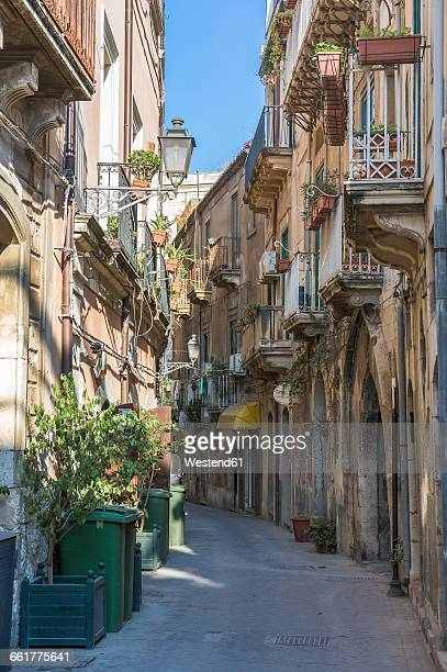italy, sicily, syracuse, old town, via consiglio reginale - consiglio stock pictures, royalty-free photos & images