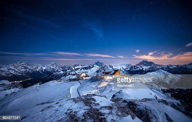 italy, south tyrol, dolomites, lagazuoi, alpine cabin at night - alto adige foto e immagini stock