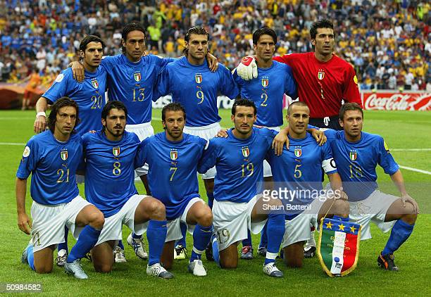 Italy team line up prior to the UEFA Euro 2004 Group C match between Italy and Sweden on June 18 2004 at the Estadio Dragao in Porto Portugal Back...