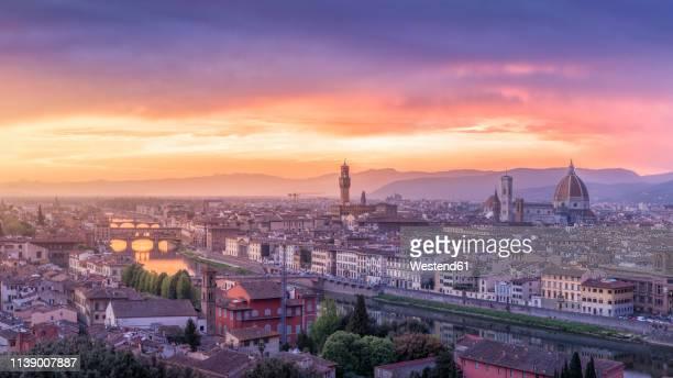italy, tuscany, florence, cityscape with ponte vecchio at sunrise - alba crepuscolo foto e immagini stock