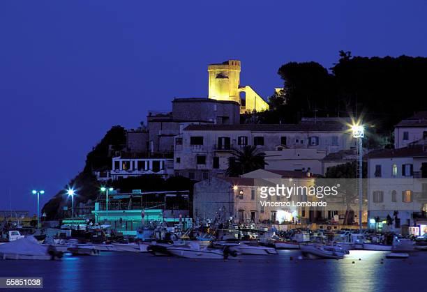 italy, tuscany, isola d'elba, marina di campo, harbour, dusk - isola delba foto e immagini stock