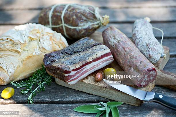 Italy, Tuscany, Salsiccia, Pancetta, different salami, bread and olives