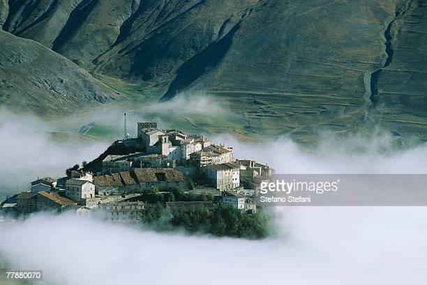 italy, umbria, castelluccio di norcia in morning fog - カステッルッチョ ストックフォトと画像