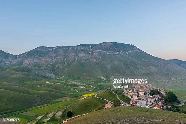 italy, umbria, monti sibillini national park, the small town of castelluccio di norcia and the vettore mountain at sunset - カステッルッチョ ストックフォトと画像
