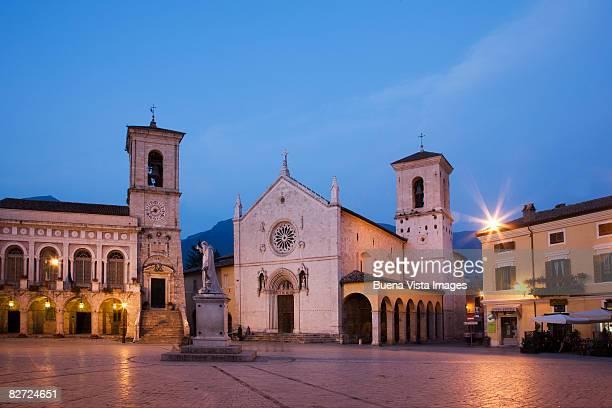 italy. umbria. norcia.  saint benedict square. - ノルチャ ストックフォトと画像