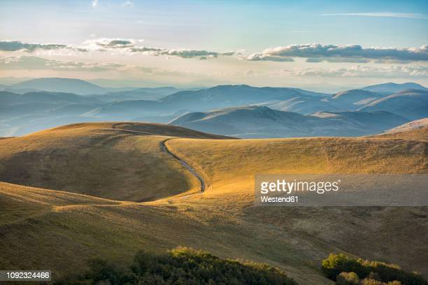 italy, umbria, parco nazionale dei monti sibillini, - umbria stock pictures, royalty-free photos & images