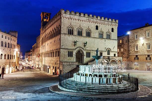 italy, umbria, perugia, maggiore fountain on illuminated piazza iv novembre - umbria stock pictures, royalty-free photos & images