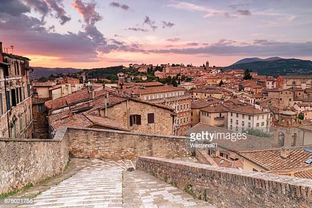 italy, umbria, perugia, townscape at sunset - ペルージャ市 ストックフォトと画像
