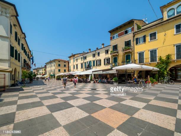 italy, veneto, lazise, old town - オープンカフェ ストックフォトと画像