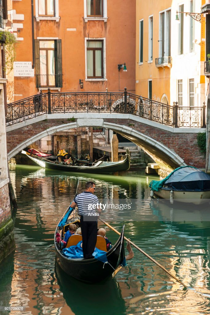 Gondolier in the district of Cannaregio. : News Photo