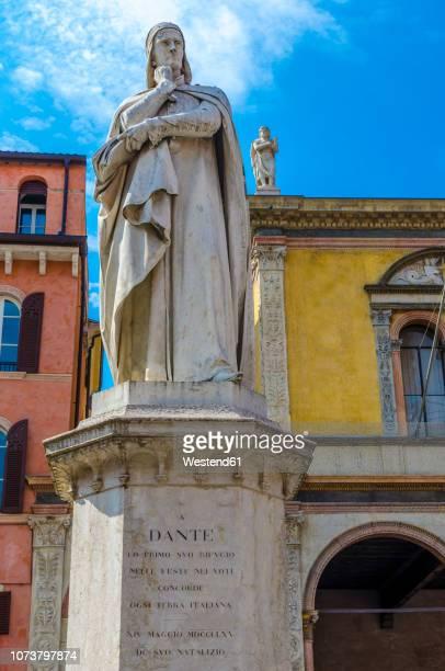 italy, verona, statue of dante alighieri at piazza dei signori - philosoph stock-fotos und bilder