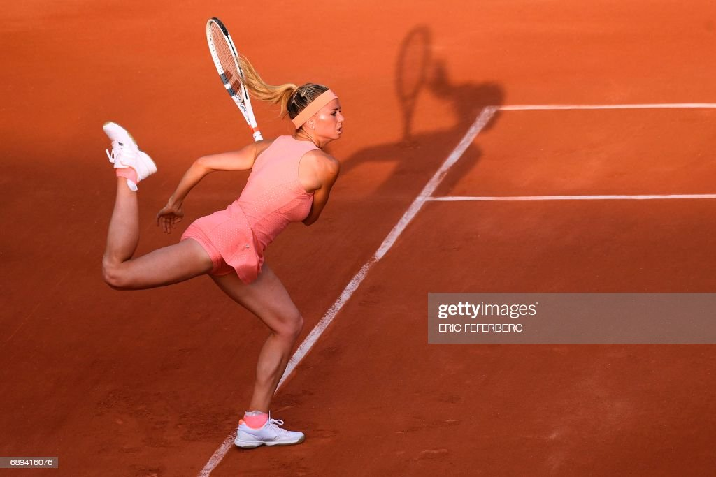 TOPSHOT - Italy's Camila Giorgi serves to France's Oceane Dodin during their tennis match at the Roland Garros 2017 French Open on May 28, 2017 in Paris. / AFP PHOTO / Eric FEFERBERG
