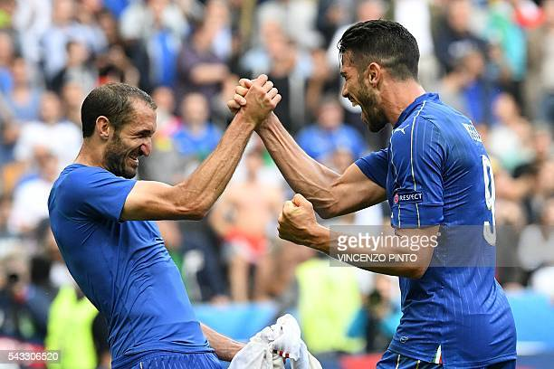 TOPSHOT Italy's defender Giorgio Chiellini and Italy's forward Pelle celebrate after the Euro 2016 round of 16 football match between Italy and Spain...