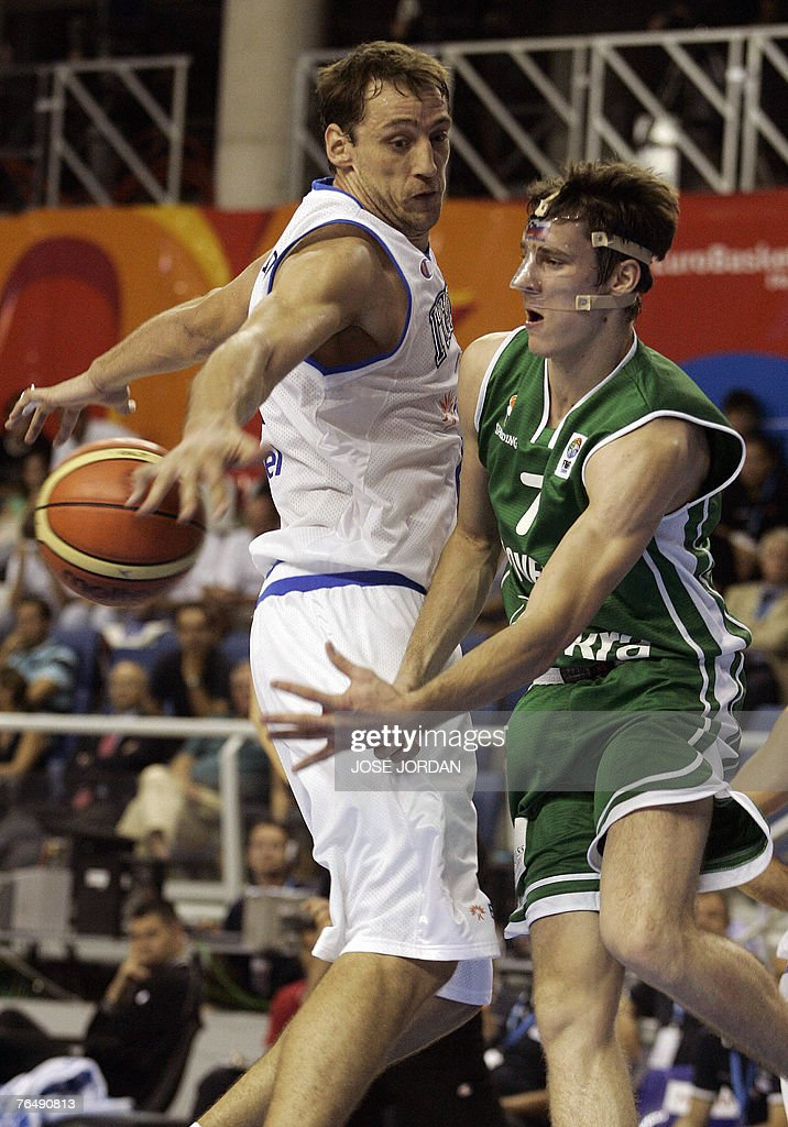 Italy's Denis Marconato (L) vies for the : News Photo