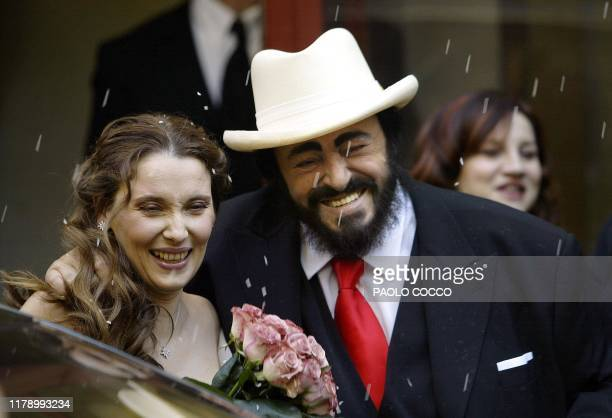 Italy's famous tenor Luciano Pavarotti and Nicoletta Mantovani smile after their wedding ceremony in Modena's main theatre 13 December 2003...