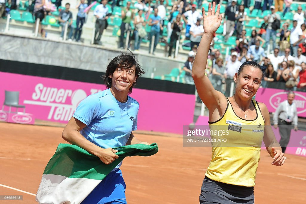 Italy's Flavia Pennetta (R) waves to her : News Photo