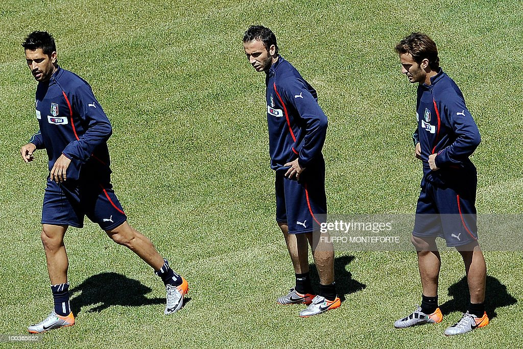Italy's football team forwards Marco Borriello (L), Gianpaolo Pazzini and Alberto Gilardino (R) train in Sestriere on May 24, 2010 ahead of the 2010 FIFA World Cup in South Africa. AFP PHOTO / Filippo MONTEFORTE