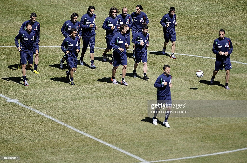 Italy's football team players run during a training camp in Sestriere on May 24, 2010 ahead of the 2010 FIFA World Cup in South Africa. AFP PHOTO / Filippo MONTEFORTE