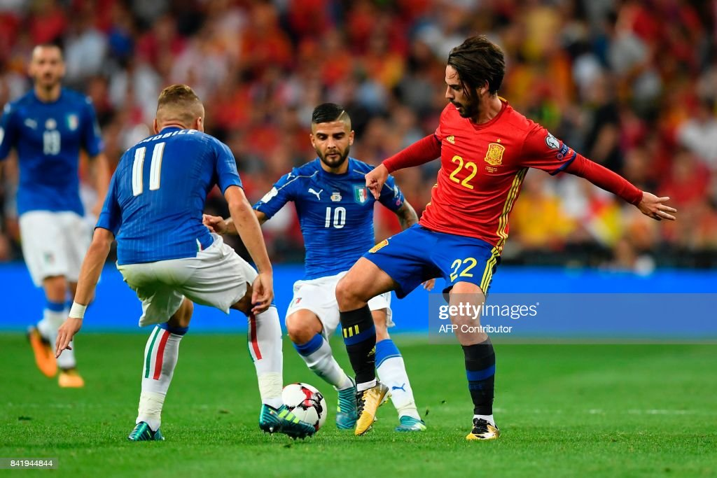 Italy's forward Lorenzo Insigne (C) vies with Spain's midfielder Isco (R) during the World Cup 2018 qualifier football match Spain vs Italy at the Santiago Bernabeu stadium in Madrid on September 2, 2017. /
