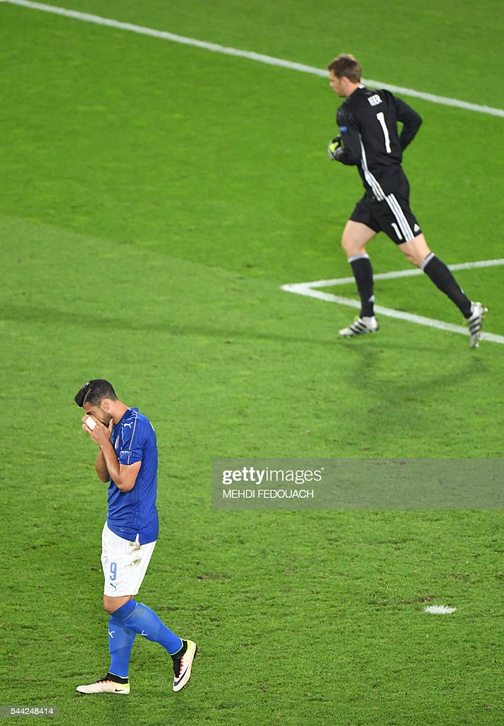 Italy's forward Pelle (L) misses a penalty against Germany's goalkeeper Manuel Neuer during the Euro 2016 quarter-final football match between Germany and Italy at the Matmut Atlantique stadium in Bordeaux on July 2, 2016. / AFP / Mehdi FEDOUACH