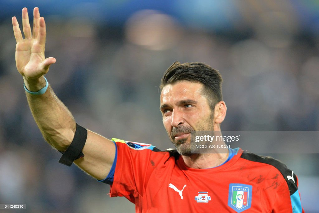 Italy's goalkeeper Gianluigi Buffon acknowledges the crowds after Italy lost in the penalty shoot-out to Germany in the Euro 2016 quarter-final football match between Germany and Italy at the Matmut Atlantique stadium in Bordeaux on July 2, 2016. TUCAT