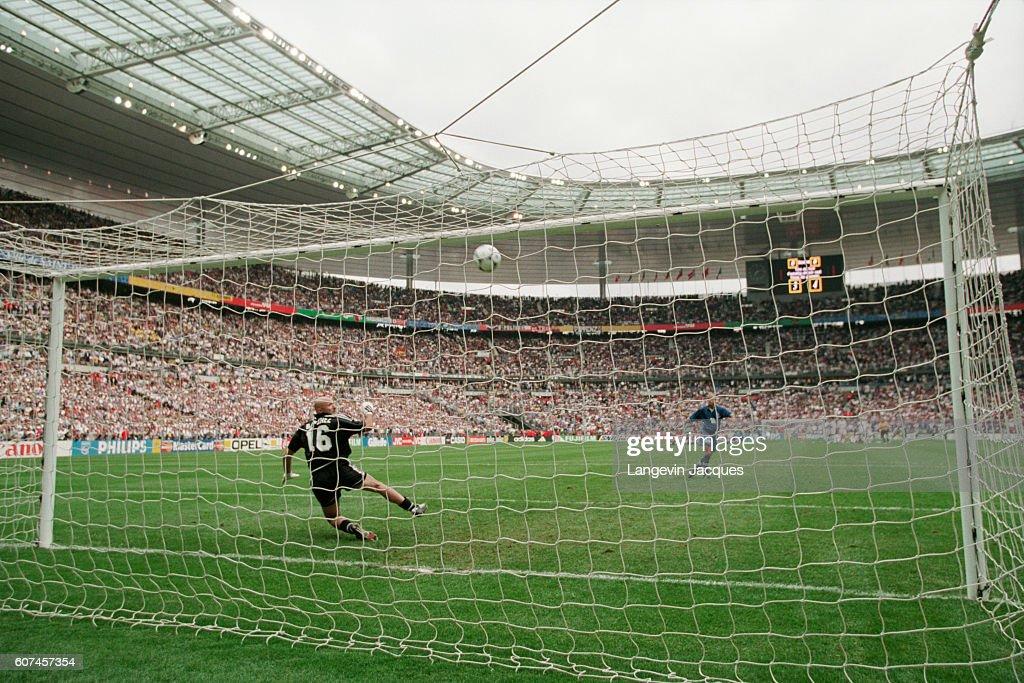 Soccer - 1998 World Cup - Quarter-Final - France vs Italy : Photo d'actualité