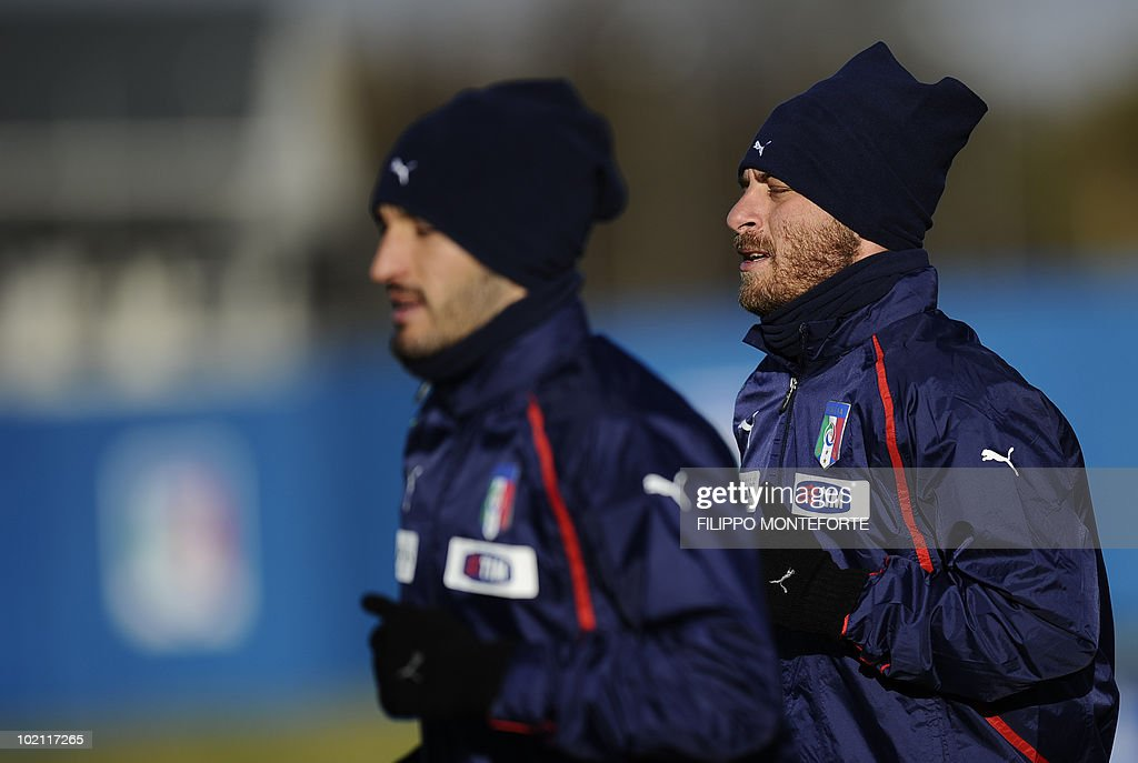 Italy's midfielder Daniele De Rossi (R) and Italy's defender Gianluca Zambrotta train at Irene's Southdowns College, south of Pretoria on June 15, 2010. The 2010 World Cup hosted by South Africa continues through July 11. AFP PHOTO/Filippo MONTEFORTE