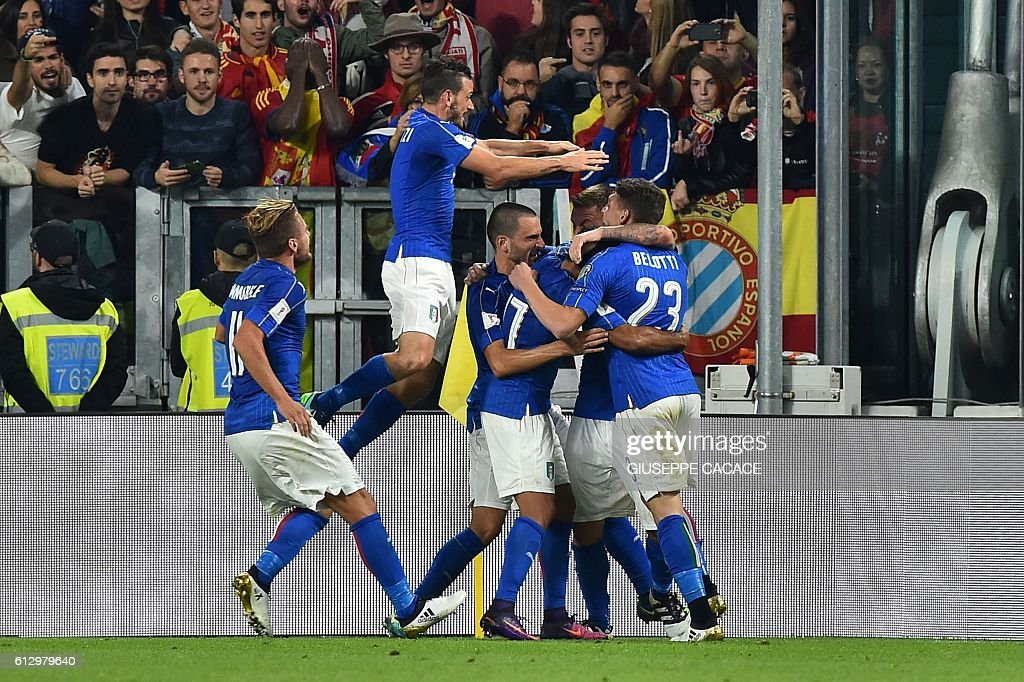 Italy's midfielder Daniele De Rossi (2ndR) celebrates with teammates Italy's forward Andrea Belotti (R), Italy's midfielder Riccardo Montolivo, Italy's defender Leonardo Bonucci, Italy's midfielder Alessandro Florenzi and Italy's forward Ciro Immobile (L) after scoring a penalty against Spain's goalkeeper David de Gea during the WC 2018 football qualification match between Italy and Spain on October 6, 2016 at the Juventus stadium in Turin / AFP / GIUSEPPE