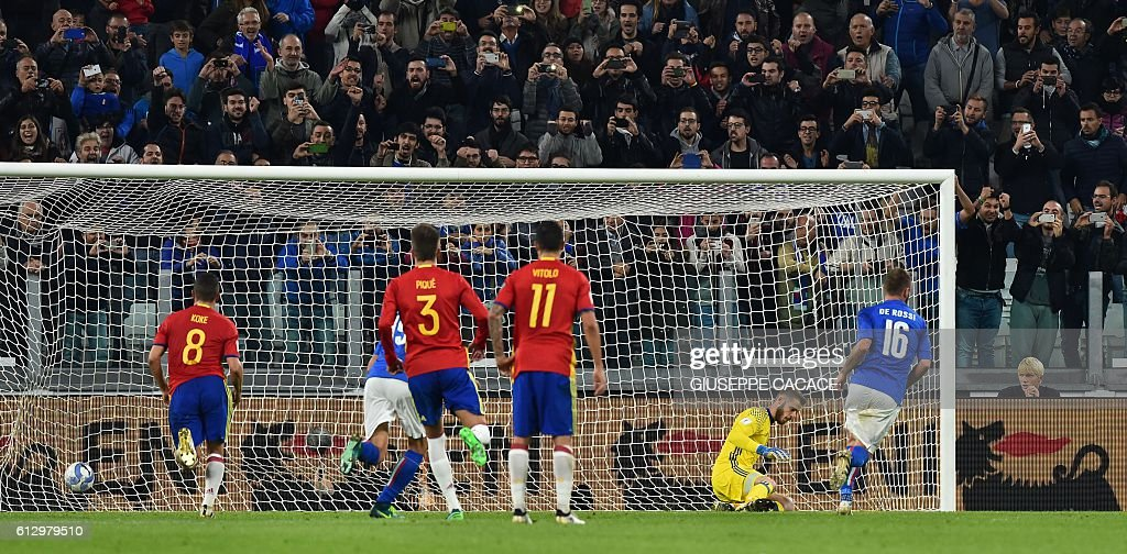 Italy's midfielder Daniele De Rossi (R) kicks and scores a penalty against Spain's goalkeeper David de Gea during the WC 2018 football qualification match between Italy and Spain on October 6, 2016 at the Juventus stadium in Turin / AFP / GIUSEPPE